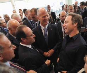 Greg Wyler (black shirt) talks with French President Francois Hollande June 15 at the Paris air show, surrounded by, among others, Airbus Chief Executive Tom Enders and Airbus Chief Strategy Officer Marwan Lahoud. Credit: Airbus